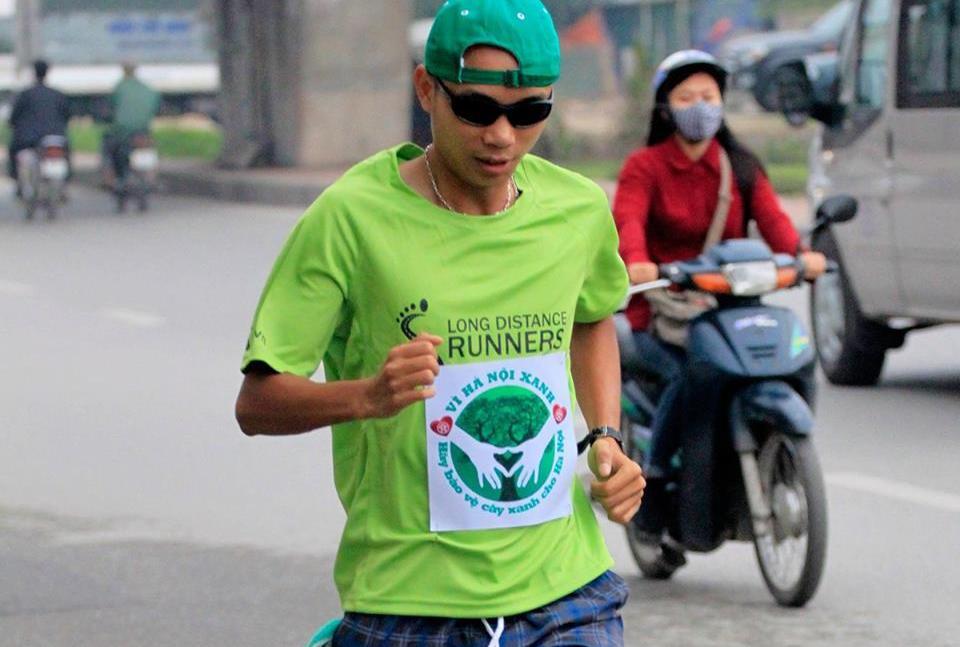 Clip chàng trai có 'đôi chân vàng' phá kỷ lục chạy bộ
