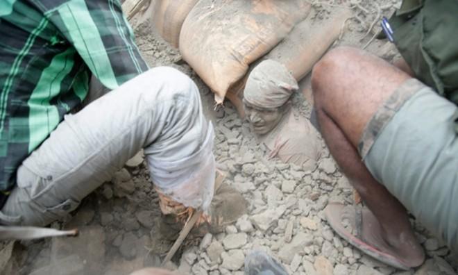 Bới gạch tìm người sống sót sau động đất kinh hoàng ở Nepal