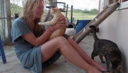 Người phụ nữ Mỹ nhận chó mèo, heo gà làm… con nuôi