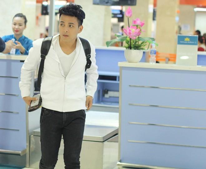 Hồ Quang Hiếu ăn mặc như nam sinh ra sân bay Tân Sơn Nhất