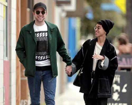 Robert Pattinson nắm chặt tay bạn gái trên phố