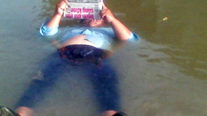 Ly kỳ người phụ nữ nằm ngủ trên mặt sông không chìm