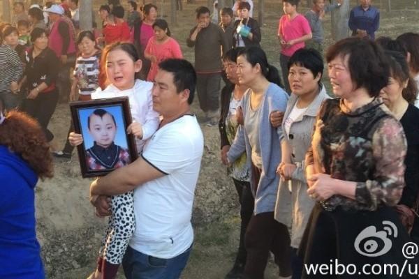 Đám tang đẫm nước mắt của 'thần đồng 8 tuổi' showbiz Hoa ngữ