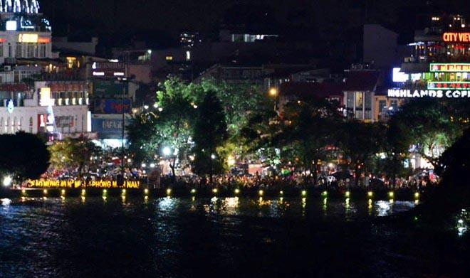 Hàng nghìn người đội mưa xem pháo hoa ở hồ Gươm
