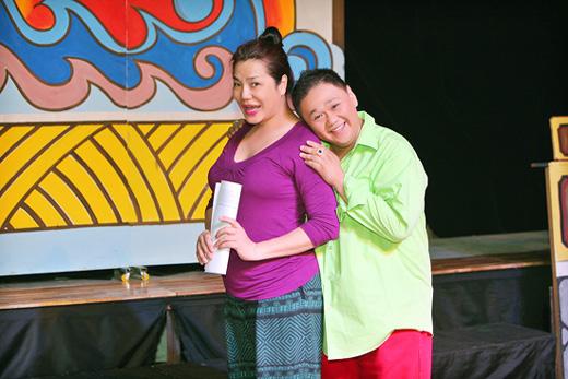Minh Béo ôm ấp Cindy Thái Tài trong vở diễn mới
