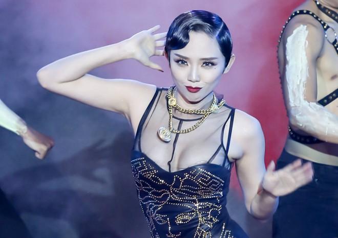 Ca sĩ, giám khảo The Remix gặp sự cố trước gala trao giải