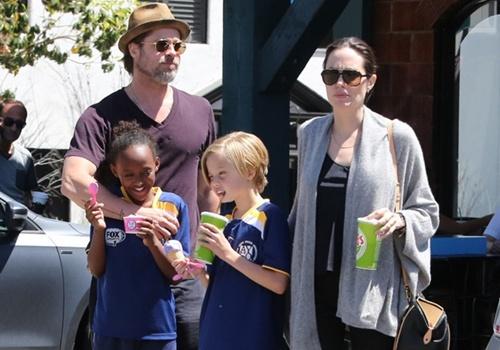 Brad Pitt, Angelina Jolie tận hưởng kỳ nghỉ bên hai con gái