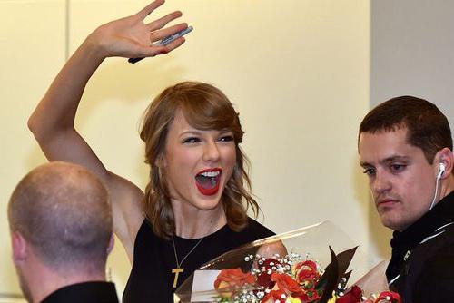 Taylor Swift làm chậm 2 chuyến bay tại Nhật