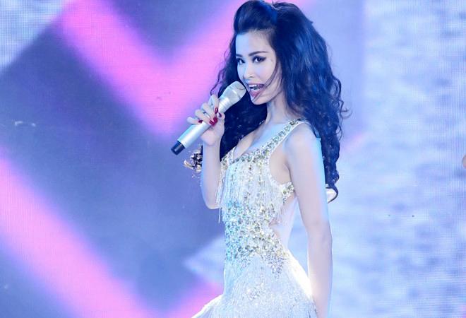 Trang phục diễn sexy, cá tính của Đông Nhi ở The Remix