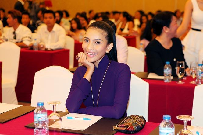 Á hậu Trương Thị May diện áo dài tím bên cạnh dàn mỹ nhân Việt