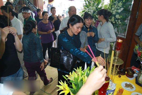 Sao Việt không cầm được nước mắt khi đến viếng Duy Nhân