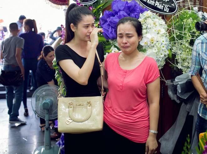 Trương Quỳnh Anh khóc nấc khi viếng Duy Nhân