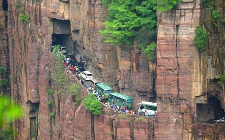 Cảnh ùn tắc giao thông giữa lưng chừng núi ở Trung Quốc
