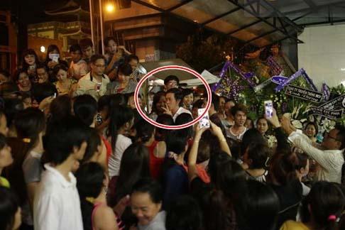 Đám đông vỗ tay, cười đùa vô duyên khi Hoài Linh đến viếng Duy Nhân