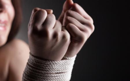 Cô gái 17 tuổi bị bắt giữ, ép làm nô lệ tình dục hơn 10 ngày