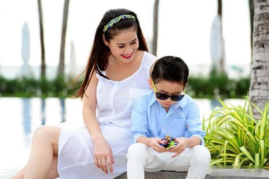 Những bà mẹ đơn thân đáng ngưỡng mộ của Vbiz