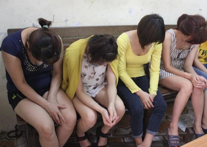 30 cảnh sát đột kích ổ mại dâm