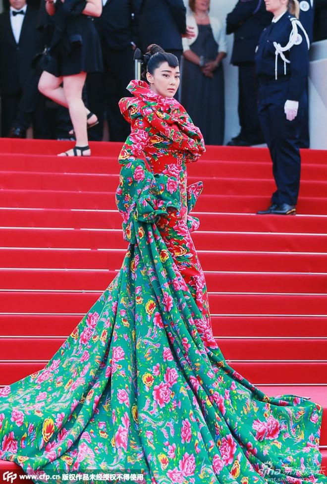 Mỹ nhân Hoa ngữ nổi bật trên thảm đỏ Cannes với váy con công