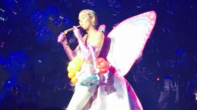 Miley Cyrus giả hút cần trên sân khấu