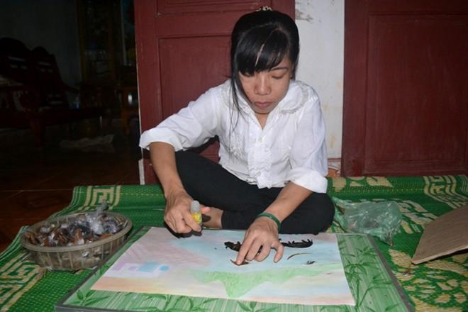 Cô gái khuyết tật sáng tác tranh độc đáo bằng lông gà