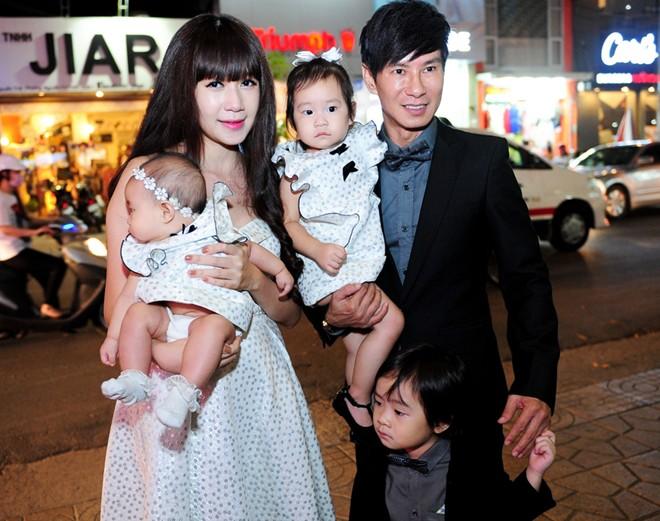 Vợ chồng Lý Hải và 3 con mặc sành điệu trên thảm đỏ