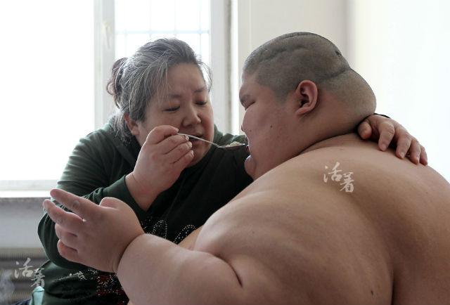 Xót xa cảnh mẹ bạc đầu chăm sóc con trai tự kỷ nặng 250kg