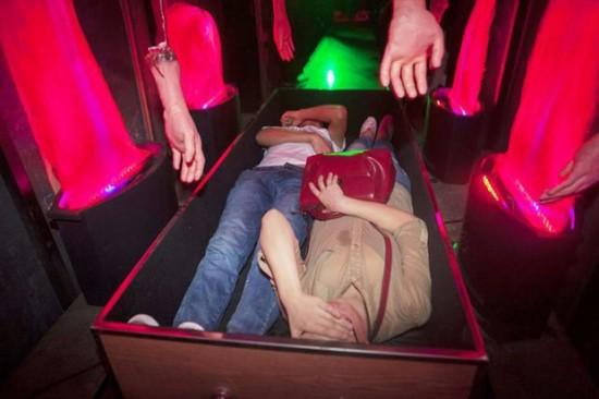 Kỳ quặc trò trải nghiệm cái chết 4D