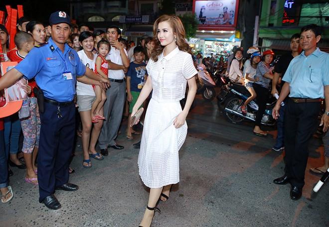 Đông Nhi bị fan vây kín khi đi diễn ở Long Xuyên