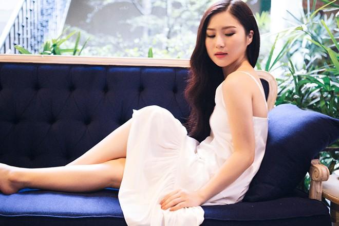 Hương Tràm diện mốt váy ngủ gợi cảm chào đón tuổi 20