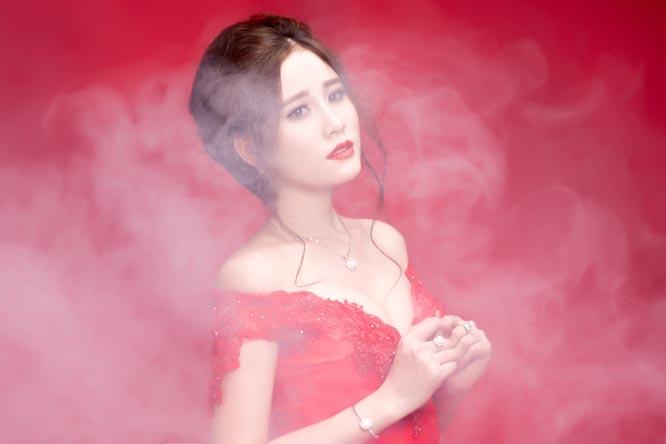 Hoa khôi Thời trang Hoàng Hạnh lộng lẫy với váy đầm dạ hội Tommy Nguyễn