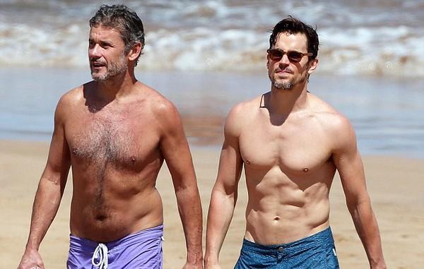 Tài tử đồng tính đẹp trai nhất Hollywood khoe body bên chồng