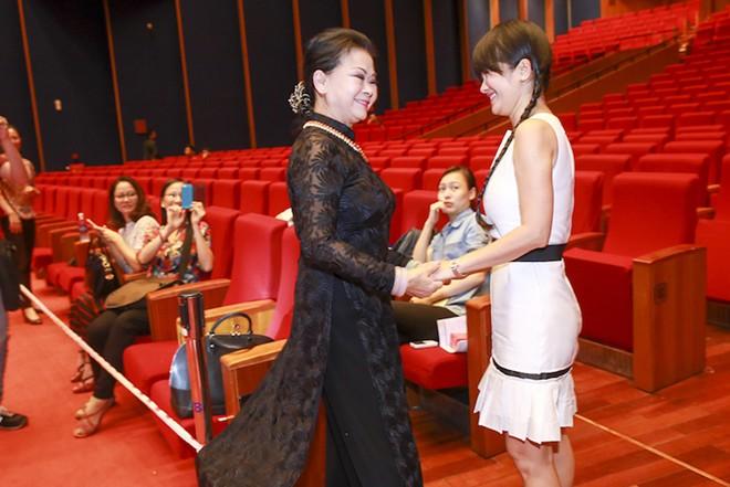 Hồng Nhung trẻ trung như nữ sinh ở tuổi U50