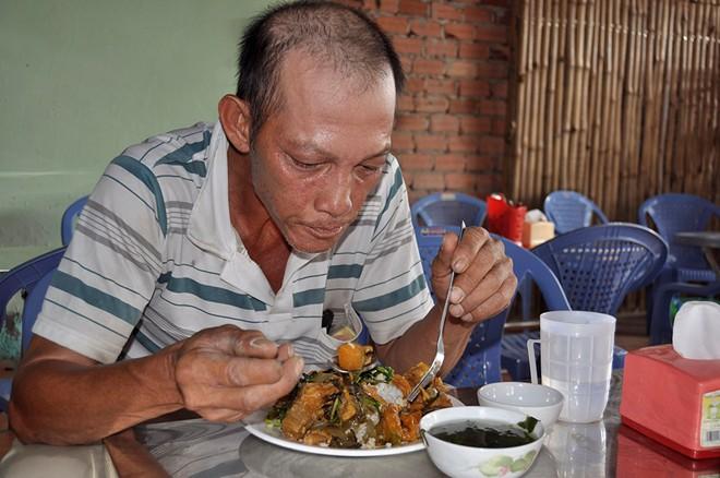 Quán cơm 3.000 đồng phục vụ người nghèo, ăn xin