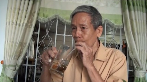 Sống lại từ nhà xác, ông lão 20 năm chỉ uống trà đá trừ bữa