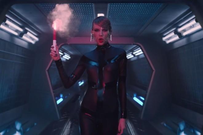 Taylor Swift mượn đồ shop người lớn để quay 'Bad Blood'