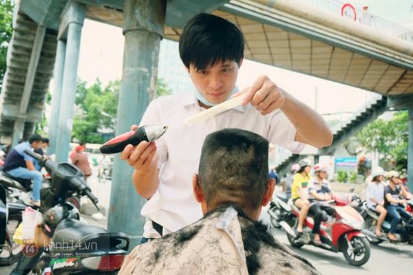 Chàng trai cắt tóc miễn phí cho người nghèo trước bệnh viện Ung Bướu ở Sài Gòn