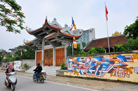 Hà Nội: Những hình vẽ Graffiti trên tường nhà chùa gây phản cảm