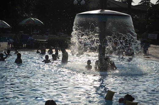"""Bể bơi ở Hà Nội hoạt động """"hết công suất"""" vì khách đổ xô đến giải nhiệt"""