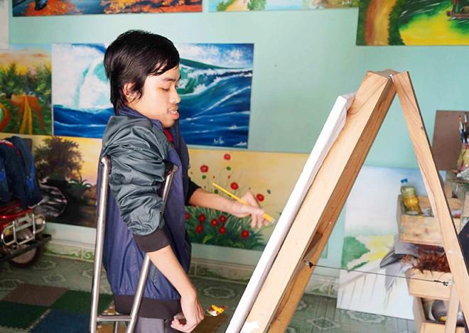 Chàng trai 18 năm chống nạng vẽ tranh
