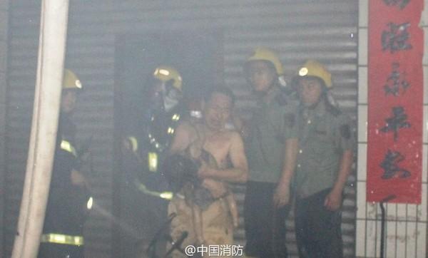 Người lính cứu hỏa hy sinh thân mình để cứu mạng sống của em bé 2 tuổi