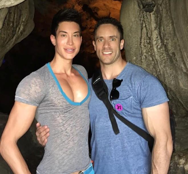 Búp bê Ken phiên bản đời thực khoe ảnh đến Việt Nam