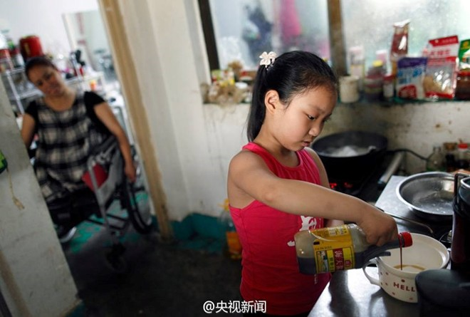 Câu chuyện xúc động của bé gái biết làm việc nhà từ 3 tuổi