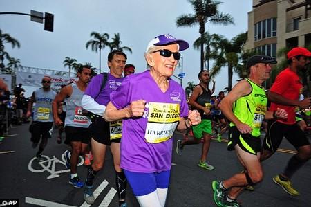Cụ bà 92 tuổi vẫn hoàn tất 42km đường chạy marathon