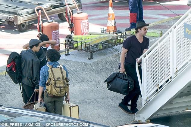Gia đình Brad Pitt du lịch bằng vé máy bay hạng phổ thông