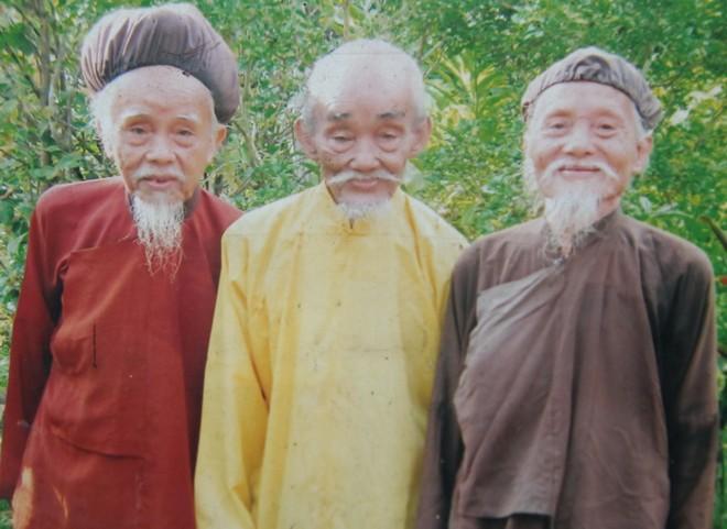 Ba anh em cả đời không cắt tóc ở miền Tây
