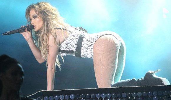 Jennifer Lopez bị kiện vì biểu diễn quá gợi cảm