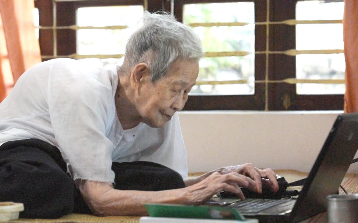 Cụ bà gần trăm tuổi sử dụng laptop lên mạng hàng ngày