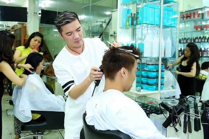 Đàm Vĩnh Hưng trở lại với nghề cắt tóc