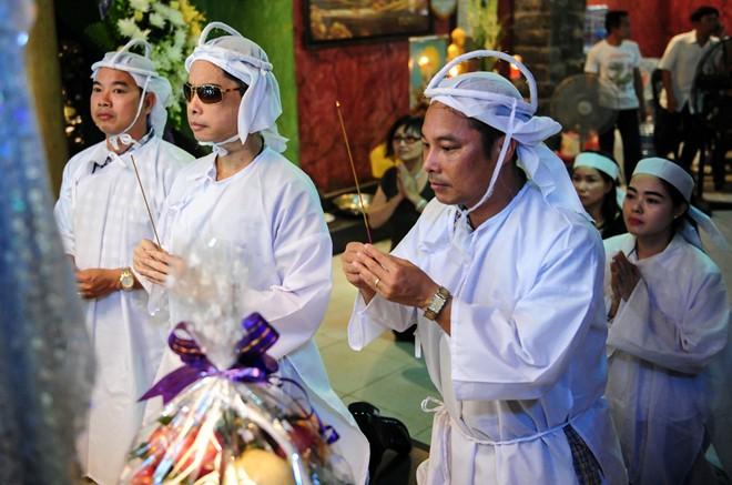 Ngọc Sơn và hai em trai quỳ gối trước linh cữu cha