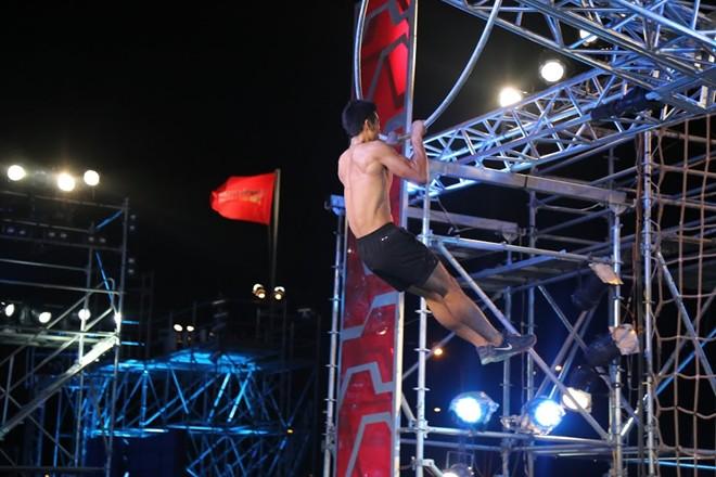 'Người giấu mặt' 8 múi vượt qua game show khó nhất Việt Nam
